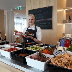 Kondiiter Tiiu Pipar koos käsitööna valminud kookidega
